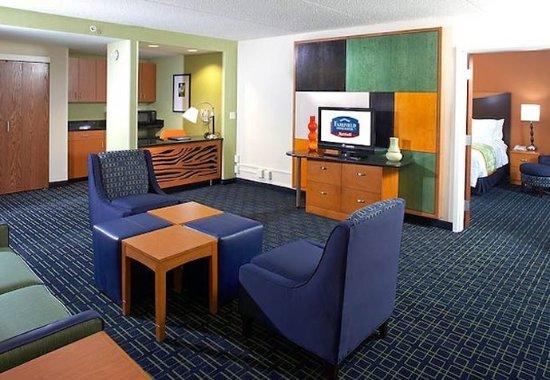 Beachwood, OH: King Suite Living Area