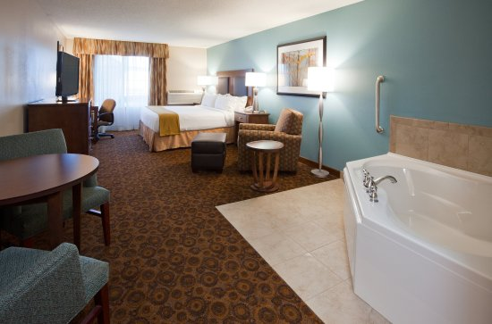 Saint Cloud, MN: King Bed Guest Room with Jacuzzi and Lounge Chair with Ottoman