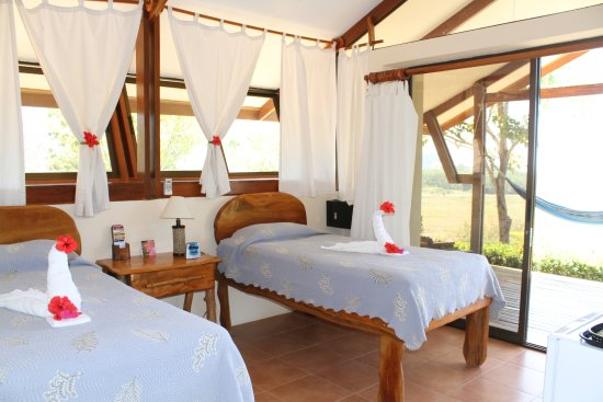 Vista Guapa Surf Camp: Bungalow with twin beds