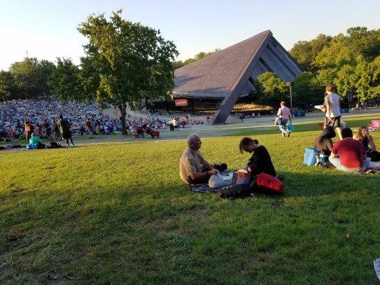 Blossom Music Center: ホール内の席とピクニックのできる場所もある