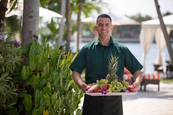 The Pillars Hotel Fort Lauderdale: Carrying Fruit