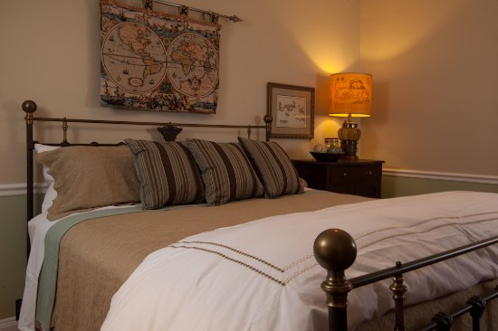 Blue Heron Inn - Amelia Island: Compass Rose room - QUEEN 2nd Floor whirlpool and shower