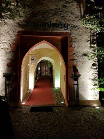 """Stromberg, Alemanha: Eingangsbereich vom Prakplatrz aus... Stimmungsvoll mit rotem Teppich """"nur für mich"""""""