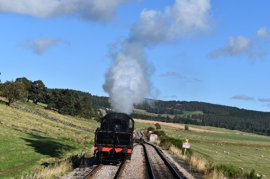 Aviemore, UK: The engine moving to the other side of the train