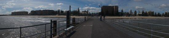 桟橋から街を臨む