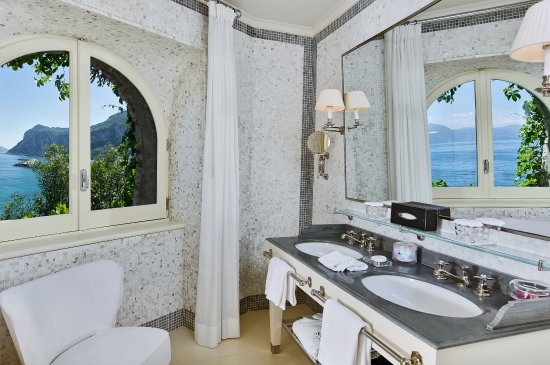 J.K.Place Capri: J.K. Place Capri Deluxe Room Bathroom with Sea View