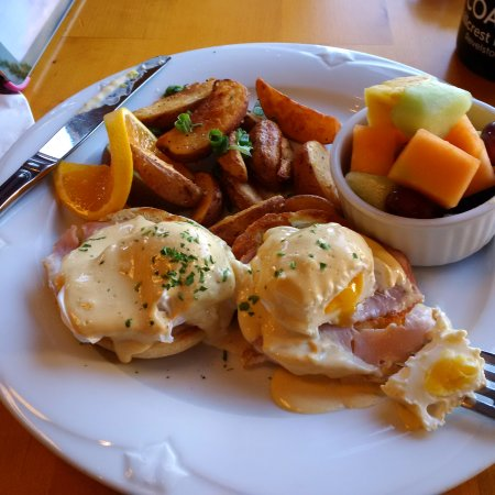 The Coast Hillcrest Resort Hotel Restaurant: Eggs benny cooked just right!