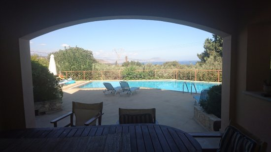 Prines, Greece: Vue de la terrasse couverte