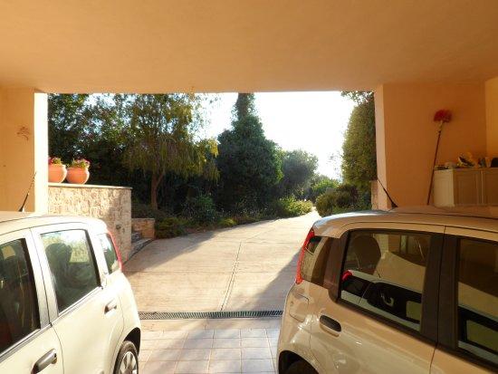 Prines, Greece: Abris pour les voitures
