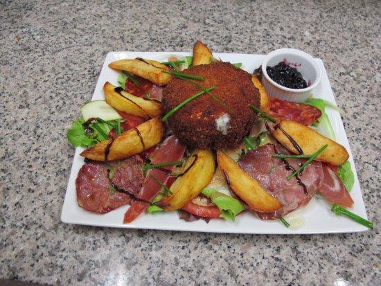 Rungis, France : Salade Ô P'THIREM  ( Spécialité, Camembert Rôti)