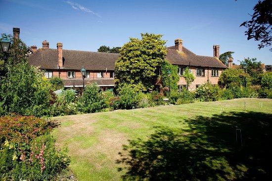 Montagu Arms Hotel : Landscaped garden