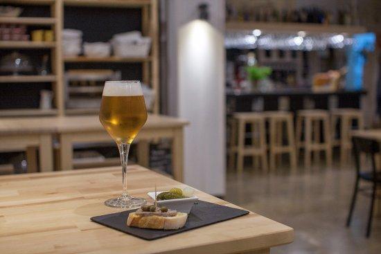 Monachil, Spanyol: Cerveza acompañada de su tapa en el salón comedor.