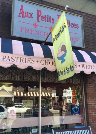 Aux Petits Delices sign on Lancaster Avenue