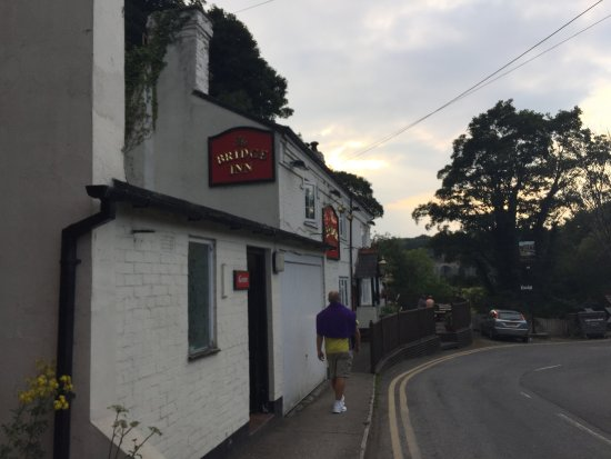 The Bridge Inn: Right along the road