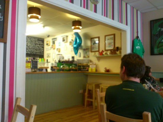 Ballinrobe, Ирландия: Serving hatch and cake!