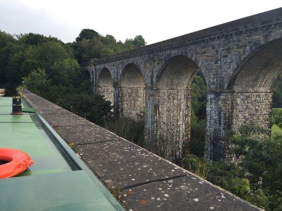 Chirk, UK: Train bridge next to the aqueduct