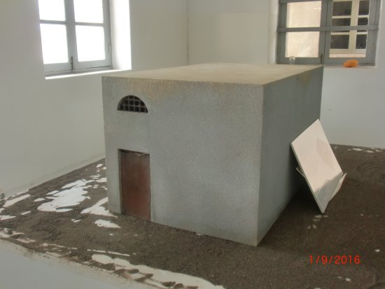 Konzentrationslager Colonia Penal de Tarrafal: maquete da frigideira, divisória feita em aço e exposta ao sol, onde ficavam os presos dificeis.