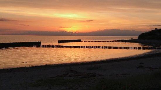 Dranske, เยอรมนี: Sonnenuntergang am Strand direkt hinter dem Hotel