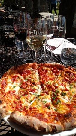 Benton City, Вашингтон: Pizza at Terra Blanca Winery