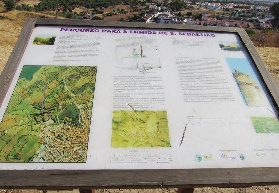 Mourão, Portugal: Informação sobre a ermida de S. Sebastião em frente ao castelo