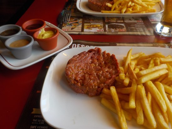 Ollioules, France : Steak tartare ert frites