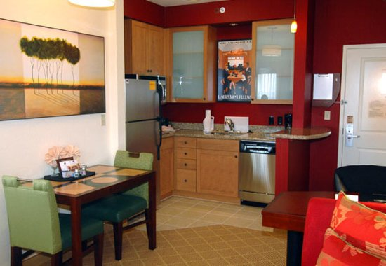 Residence Inn Melbourne: Studio Suite Kitchen & Dining Area