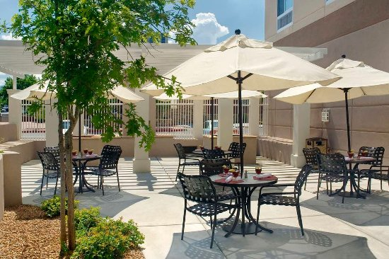 Hilton Garden Inn Albuquerque Uptown: Patio Area