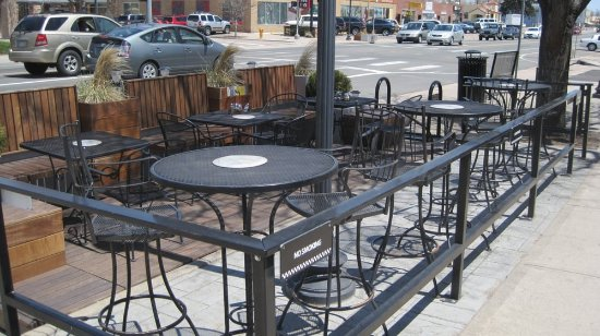 Wheat Ridge, CO: Right Coast Pizza - patio