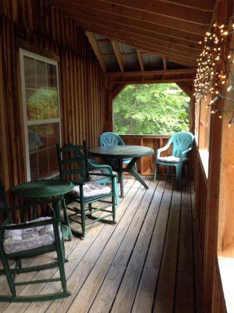 Oak Hill Farm and Cottages: Screen porch