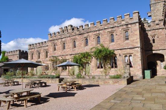 Леоминстер, UK: Lovely courtyard
