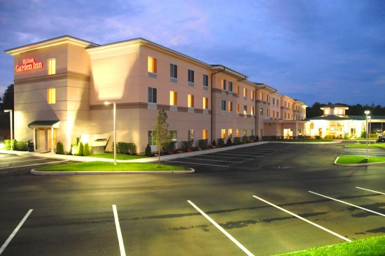 Hilton Garden Inn Riverhead: Hotel Exterior Night