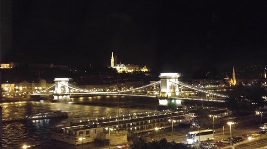 Sofitel Budapest Chain Bridge: View from the room towards the chain bridge and castle hill