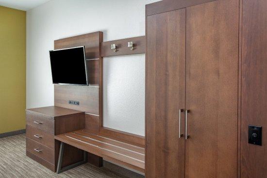 Holiday Inn Express Texarkana : Dresser, Luggage Rack, Armoire