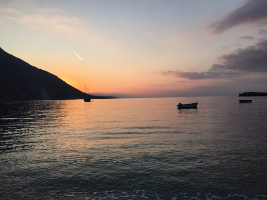 Sifis Hotel & Bistro Cafe: Beach in Loutro
