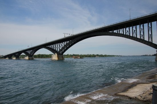 Fort Erie, Canada: The river flows swiftly under the bridge