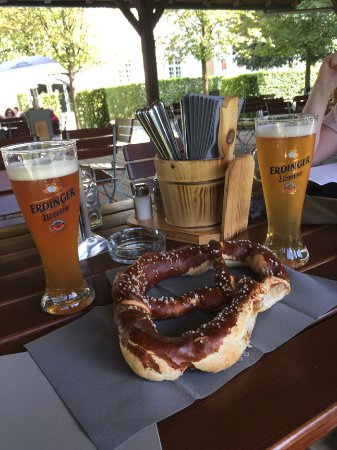 Hohenkammer, Jerman: bier and giant prezels