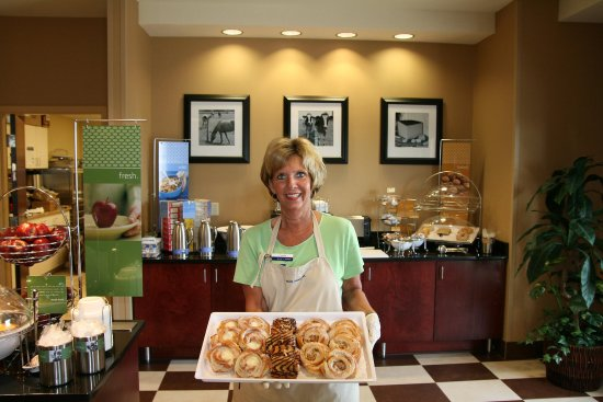 Hampton Inn Elkhorn: Friendly Breakfast Staff