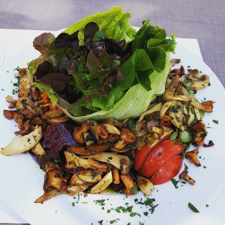 Flims, Svizzera: Salad with fried mushrooms