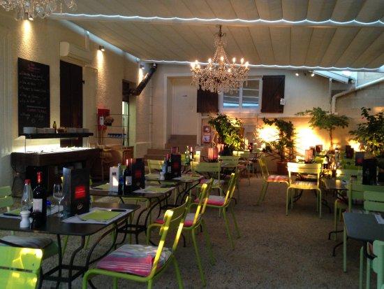 Cafe de l'esperance : Vue sur la tonnelle.