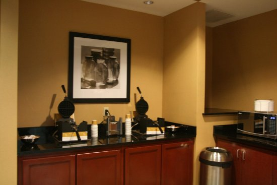 Hampton Inn & Suites Beach Boulevard/Mayo Clinic Area: Waffle Station