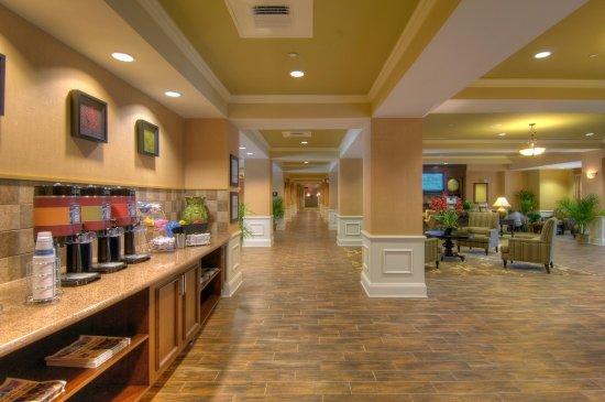 Hampton Inn & Suites Jekyll Island: Comfortable Lobby