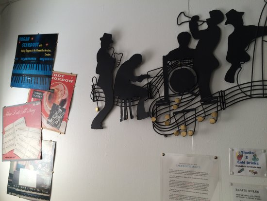 Lakewinds Motel: Wall decorations in the jazz room.