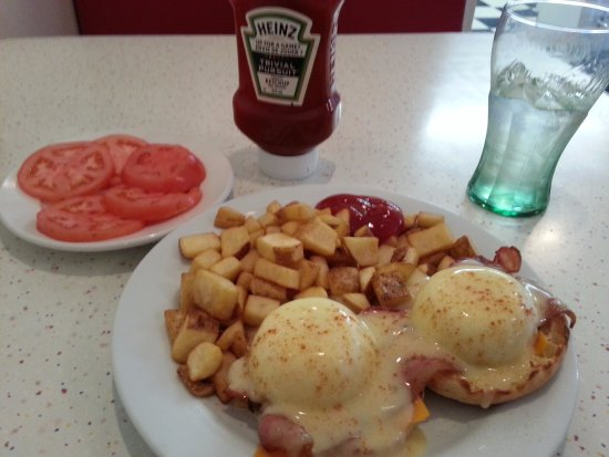 Abbotsford, Canada: BC Benny with a side of fresh tomatoes! mmm!