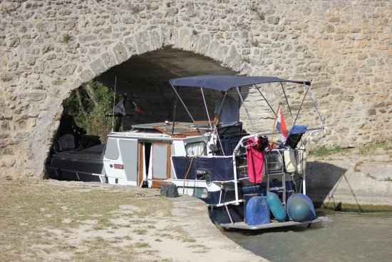 Capestang, France: Boat going through the bridge