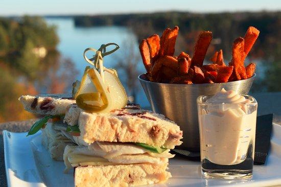 Minett, Καναδάς: Turkey cranberry sandwhich with sweet potatoe fries