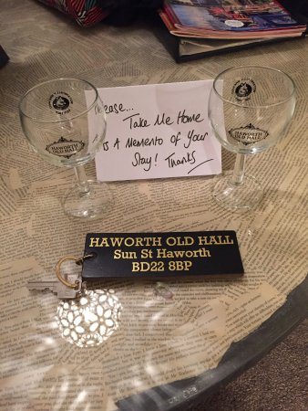 Haworth Old Hall Inn: A little gift left for us on the table in the bedroom.
