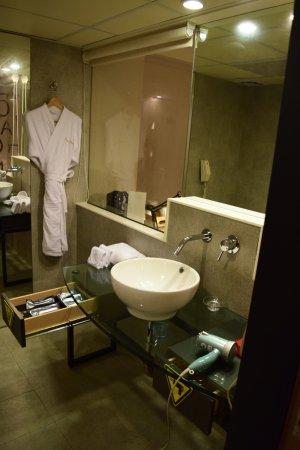 Caesar Park Taipei: Modern bathroom of Metro room