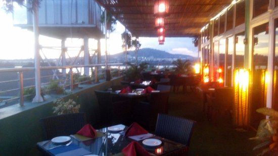Serendib Restaurant & Bar: Outdoor seating area with over looking the Jabi Lake