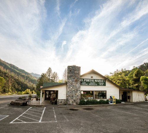 El Portal, Californië: Set along the wild and scenic Merced River and just minutes from the Arch Rock entrance to Yosem