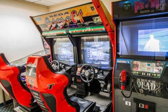 Clarion Inn  & Suites Miami Airport: Arcade